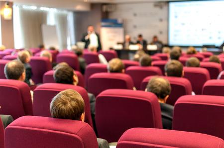 Menschen sitzen hinten in der Business-Konferenz Standard-Bild - 28390445