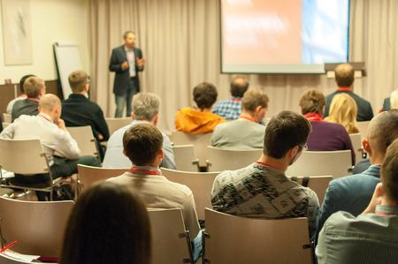 Leute sitzen hinten an der Business-Konferenz Standard-Bild - 32060423