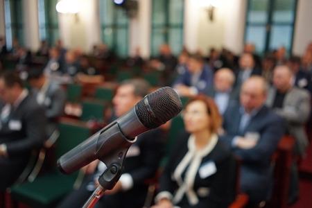 Mikrofon fókuszban ellen homályos közönség Stock fotó