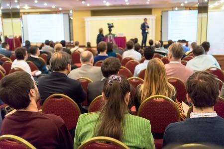 menschen sitzend: Leute sitzen hinten in der Business-Konferenz Lizenzfreie Bilder