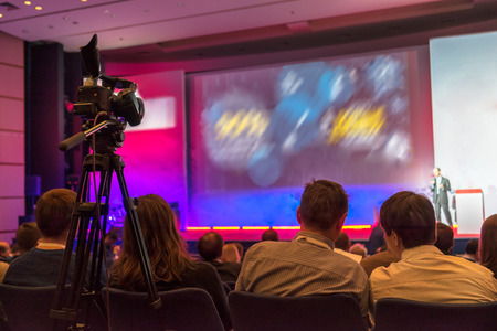 Leute sitzen hinten in der Business-Konferenz Standard-Bild - 33424944