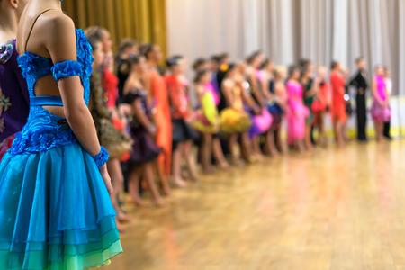 ballroom dansers staan in een rij Stockfoto