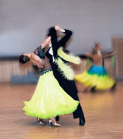 bailarin hombre: Bailarines de sal�n Pareja bailar vals Vista posterior