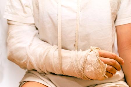 elementos de protecci�n personal: Vendaje de medicina en el codo lesi�n Foto de archivo