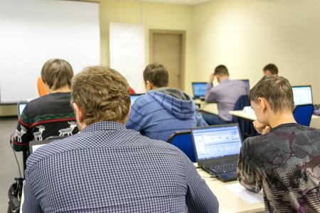Leute sitzen hinten am Computer Ausbildung Klasse Standard-Bild - 36021247