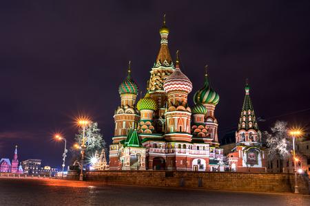 basilio: Iluminado Catedral de San Basilio en la noche en la Plaza Roja en Moscú, Rusia. Foto de archivo