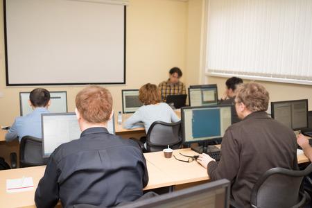 capacitacion: Hombres de negocios en una clase de computación