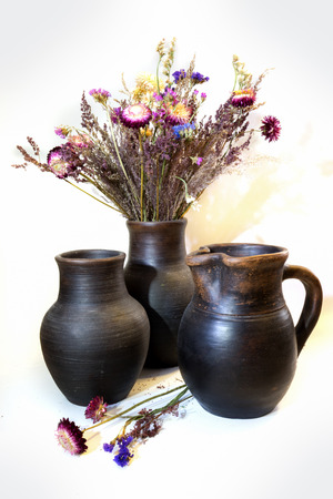 ollas de barro: ramo de straflowers en unas ollas de barro