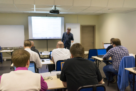 aula: Ponente en taller de negocios y presentación. Audiencia en la sala de conferencias. Foto de archivo