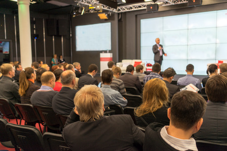 sala de reuniones: El público escucha a los que actúan en una sala de conferencias Foto de archivo