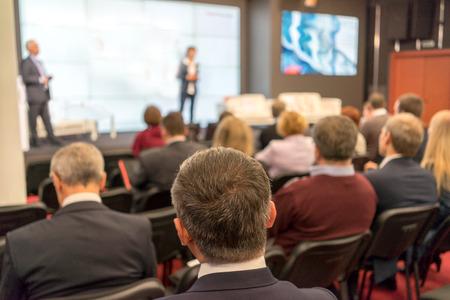 A közönség hallgatja az eljáró egy konferencia teremben Stock fotó