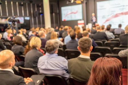 Referent bei Business Conference und Präsentation. Publikum im Konferenzsaal. Und Mittelunternehmen. Standard-Bild - 38687918
