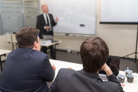 tutor: clase docente tutor y dos hombres sentados a la mesa de escucha
