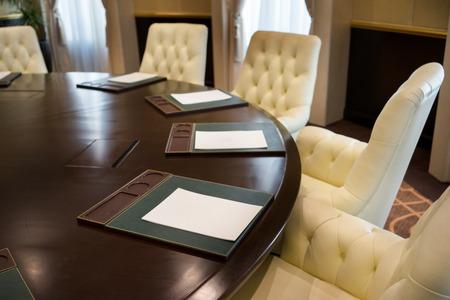 Konferencia kerekasztal és irodaszékek a tárgyalóteremben Stock fotó