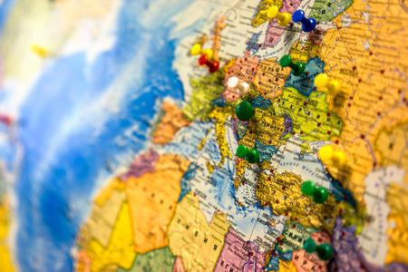 wereldbol: Veel push pins wijzend op de Europese landen, de Russische kaart.