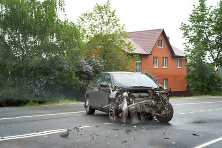 MOSCOW, RUSSIA - MAY 24, 2015: Damaged wrecked car in the city Stockfoto