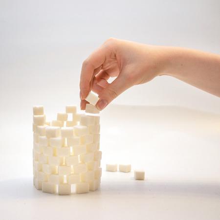 Aufbau einer Zylinder Turm aus Zuckerwürfeln Standard-Bild - 40620364