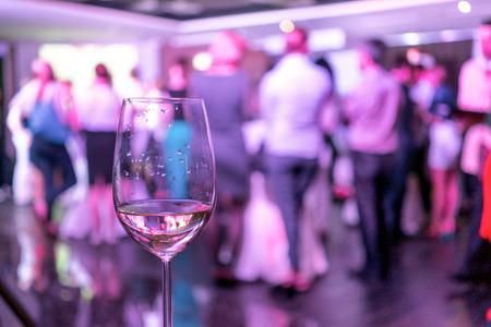 homályos képet a néptömeg állt egy fél és egy pohár fehér bort az első szakaszban