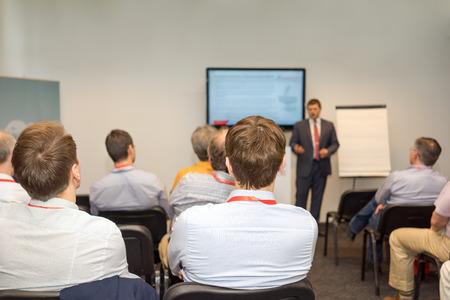 Hátsó kilátás üzletemberek figyelmesen hallgatja a konferencián. Stock fotó