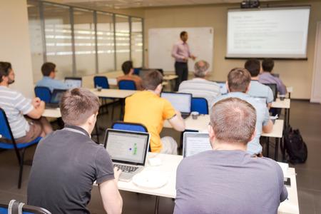 salon de clases: vista posterior de los estudiantes en la clase de computaci�n Foto de archivo