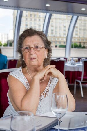 Positive senior woman at the restaurant Stockfoto