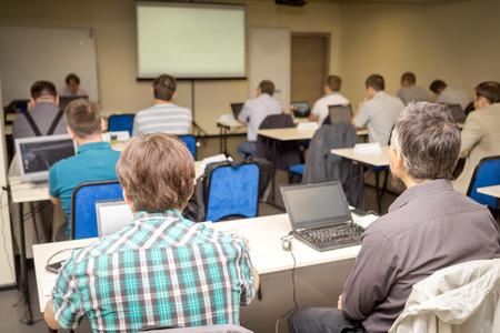 Fenék, kilátás, ember figyelmesen hallgatja tanár az osztályban Stock fotó