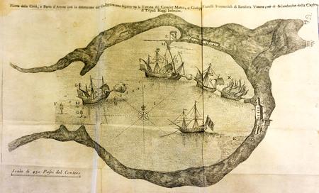 grabado antiguo: Antiguo mapa de una batalla buque en un puerto