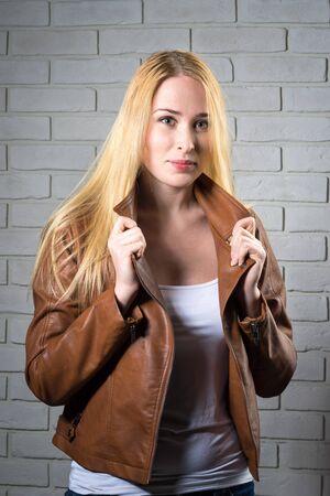 cabello rubio: happy blond girl near old bricks wall