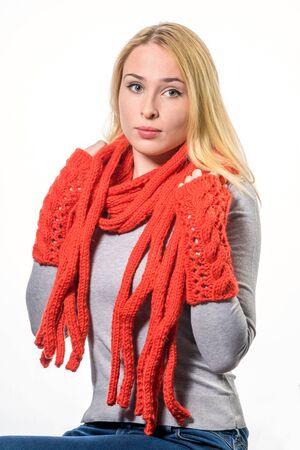 cabello rubio: Retrato de mujer joven y atractiva feliz en bufanda roja y mitones, aislados en blanco
