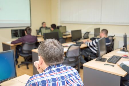 estudiantes adultos: Los estudiantes que trabajan en la clase de informática en la universidad
