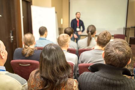 personas trabajando: Altavoz dar una charla en la reunión de negocios. Audiencia en la sala de conferencias. Negocios y Emprendimiento.