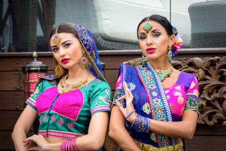 bailarinas arabes: dos hermosas mujeres vestido tradicional india chica de belleza