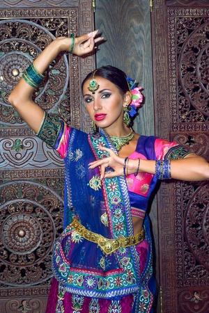 Gyönyörű nő Indiában szépség lány hagyományos ruha