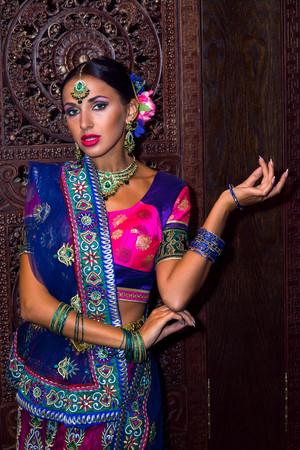bailarinas arabes: Beautiful woman india beauty girl traditional dress Foto de archivo