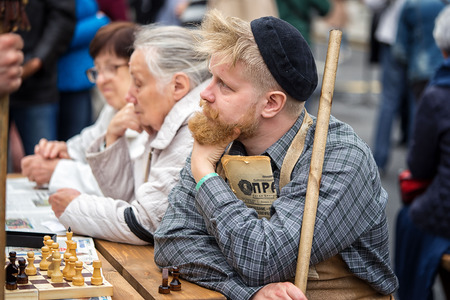 groundskeeper: Moscow, Russia - September 11, 2016: the celebration of 869 years of the city of Moscow.  Historical reconstruction -  Soviet pensioners on a bench playing chess and reading the newspaper Pravda Editorial