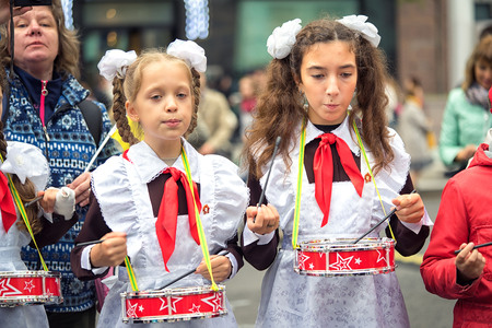 denunciation: Russia, Moscow - September 11, 2016: Moscow City Day. Moscow residents and guests celebrate the 869 anniversary of the city. Performance on Tverskaya Street. Public-event. Pioneer drummer children.