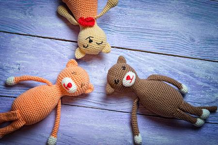 3 croched おもちゃ木製の背景の上に敷設を表示します。領域をコピーします。
