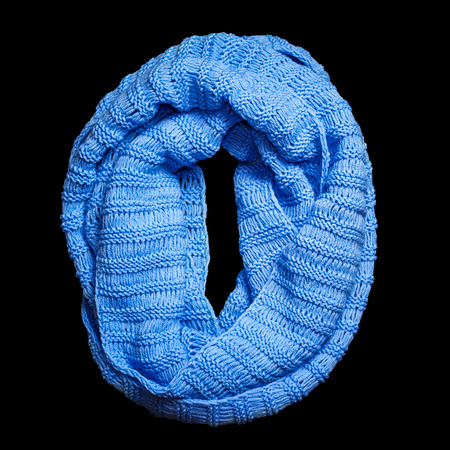 Niebieski szalik z wełny z dzianiny na białym tle na czarnym tle