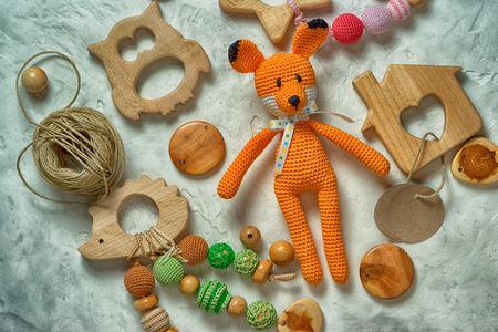 Hoop amigurumi vos en houten speelgoed Stockfoto