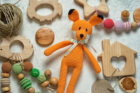 amigurumi vos speelgoed leggen onder puinhoop houten speelgoed en kralen