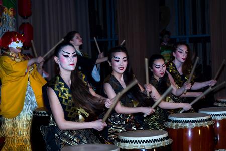モスクワ, ロシア連邦 - 2016 年 11 月 4 日: 四市全体アクション祭「芸術の夜」.DK ナゴルヌイに太鼓をたたくと日本スタイルの演劇ダンス パフォーマ 報道画像