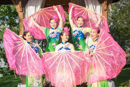 屋外のファンと中国の伝統衣装で 5 つのアジアの女性女優のグループ