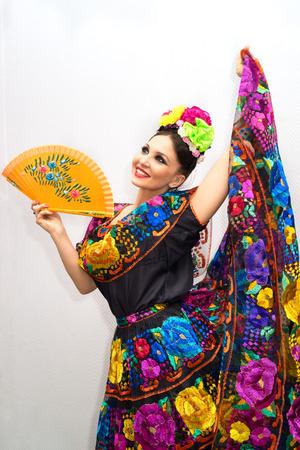 팬과 함께 전통적인 멕시코 드레스에 아름다운 미소 멕시코 여자