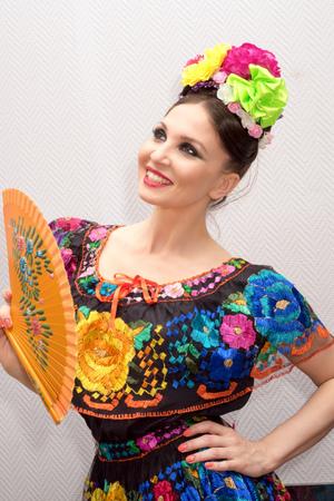 Mexicano Mujer Bordado Tradicional Vestido Posición