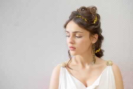 伝統的なチュニックに白い美しいギリシャの女性の肖像画はコピー スペースと彼女は目を閉じてください。