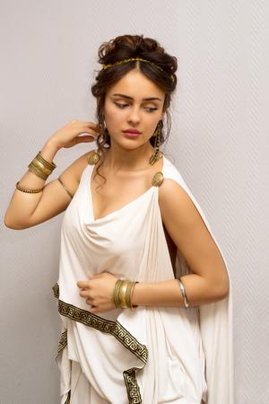 portret van een mooie sierlijke Griekse jonge vrouw in een traditionele antieke witte tuniek