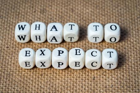 WAT TE VERWACHTEN woorden gemaakt van speelgoedblokjes met letters