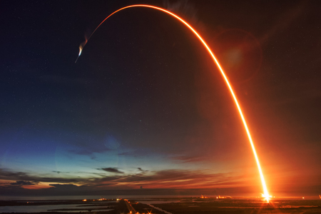 Raketenstart in der Nacht.