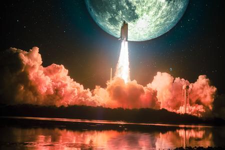Illuminant le ciel nocturne, ainsi que l'eau à proximité, le vaisseau spatial se lance dans la mission lunaire. La lune énorme est sur le ciel nocturne entourant la galaxie. Banque d'images