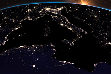 Earth night light at central Europe. Italy close up view. Sunshine from . 免版税图像